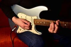 Man som spelar en elektrisk gitarr Closeup ingen framsida fotografering för bildbyråer