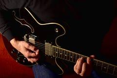 Man som spelar en elektrisk gitarr Closeup ingen framsida arkivbild