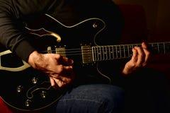 Man som spelar en elektrisk gitarr Closeup ingen framsida royaltyfri bild