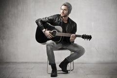 Man som spelar en gitarr royaltyfria foton