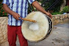 Man som spelar en Tabl, Libanon Fotografering för Bildbyråer