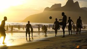 Man som spelar fotboll på stranden i Brasilien arkivfilmer