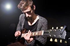 Man som spelar gitarren Arkivfoto