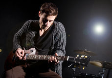 Man som spelar gitarren Arkivbild