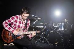 Man som spelar gitarren Royaltyfria Bilder