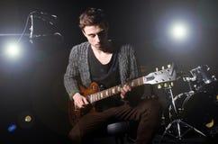Man som spelar gitarren Arkivbilder