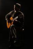 Man som spelar gitarrklassikergitarristen royaltyfria bilder