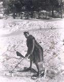 Man som spelar golf i snön Arkivfoton