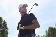Man som spelar golf p? h?rliga Sunny Green Golf Course arkivbild
