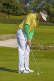 Man som spelar golf under solig dag Royaltyfria Foton