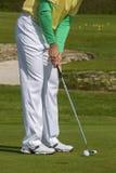 Man som spelar golf under solig dag Arkivbilder