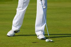 Man som spelar golf under solig dag Arkivbild