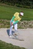 Man som spelar golf under solig dag Arkivfoton