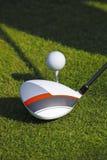 Man som spelar golf under solig dag Royaltyfri Bild