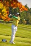 Man som spelar golf under solig dag Fotografering för Bildbyråer