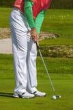 Man som spelar golf under solig dag Royaltyfri Fotografi