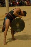 Man som spelar gongen under buffelfestival Royaltyfri Fotografi