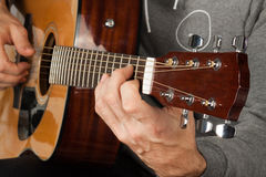 Man som spelar i gitarr royaltyfria bilder