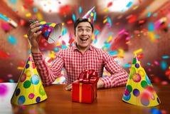 Man som spelar med födelsedaghattar Royaltyfri Fotografi