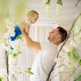 Man som spelar med hans lilla son Förälskelse för fader` s arkivbilder