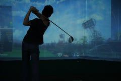 Man som spelar på golfbanan Royaltyfri Bild