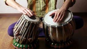 Man som spelar på indiska tablavalsar arkivfilmer
