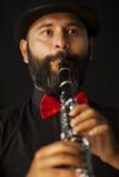 Man som spelar på klarinetten Royaltyfri Bild