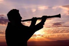 Man som spelar på oboe Arkivbilder