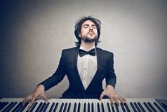 Man som spelar pianot Fotografering för Bildbyråer