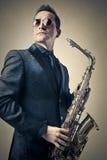 Man som spelar saxofonen Royaltyfri Bild