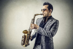 Man som spelar saxofonen Fotografering för Bildbyråer