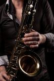 Man som spelar saxofonen Royaltyfria Bilder