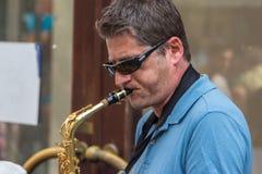 Man som spelar saxofonen i gata Royaltyfri Foto