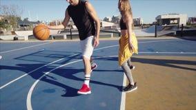 Man som spelar streetball med vänner stock video