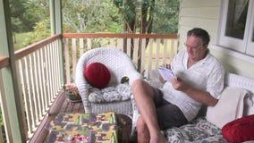 Man som spelar Sudoku lutande lager videofilmer