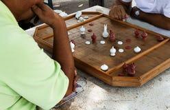 Man som 2 spelar thailändskt schack på tabellen royaltyfria bilder