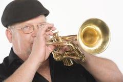 Man som spelar trumpeten Arkivfoto
