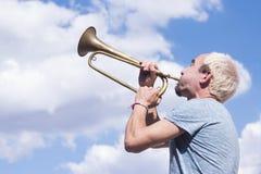Man som spelar trumpeten Arkivbild