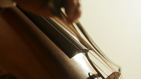 Man som spelar violoncellen lager videofilmer