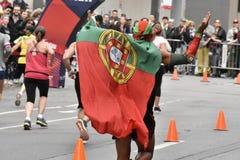 Man som springer med den portugisiska flaggan royaltyfria foton