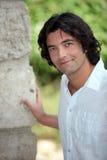 Man som stås av den gamla väggen Royaltyfria Foton