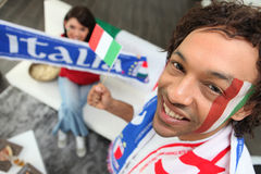 Man som stöttar italienarna Arkivbild