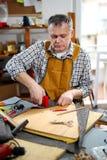 Man som stoppar stol i hans seminarium Fotografering för Bildbyråer