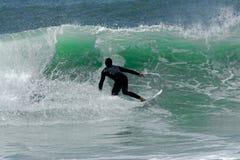 Man som surfar på atlantiska vågor arkivbild