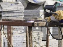 Man som svetsar en stålplatta som fästas till stålasken Arkivfoton