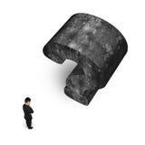 Man som tänker med enorm för frågefläck för betong 3D backgroun för vit Fotografering för Bildbyråer