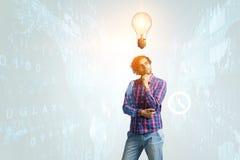 Man som tänker och söker nytt idébegrepp Blandat massmedia arkivfoton