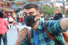 Man som tack vare klagar förorening arkivbild