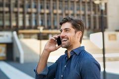 Man som talar över den utomhus- telefonen arkivbilder