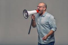 Man som talar över en megafon Arkivfoton